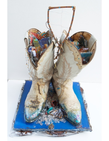 Souvenir d'enfance, bottes de cowboy, résine, cendres de bois, branche, broderie, cerne relief, peinture, papillon, sel de l'Himalaya noyau de pêche, coquille de noix de Grenoble, 30 cm x 30 cm x 47 cm, 2018-2019
