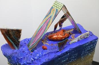 Des secrets révélés (détail), styromousse, urethane, morceaux de verre, argile, aiguilles, miroirs, 60 cm x 133 cm x 22 cm, 2019