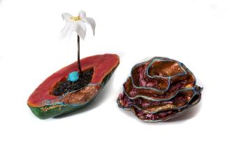 Fleurs, sculptures en argile, morceaux de verre, noyaux de citrons, peinture, cerne relief, flanalette, branche, 42 cm x 30 cm x 17 cm, 2018 vendue pour le Moulin La Lorraine, Lac-Etchemin