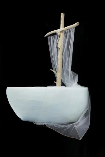 Vers mon féminin sacré, sculpture en styromousse recouvert de silicone, bois de grève, fil à broderie, tule, plumes, tuyau de métal, 82 cm x 157 cm x 122 cm, 2016-2018 (phase 2 de Long voyage)