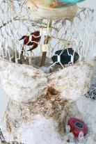 L'éveil (détail), mannequin de couture, robe de mariée en organza, brûlée avec ajout de cerne relief, 66 cm x 122 cm x 137 cm, 2017-2019