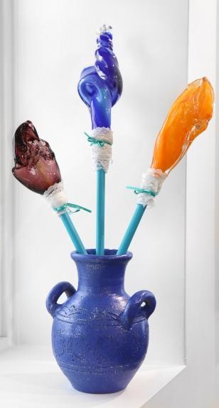 Créer l'équilibre, verre soufllé, gougeons peint, dentelle, ruban, vase peint, 2013-2019